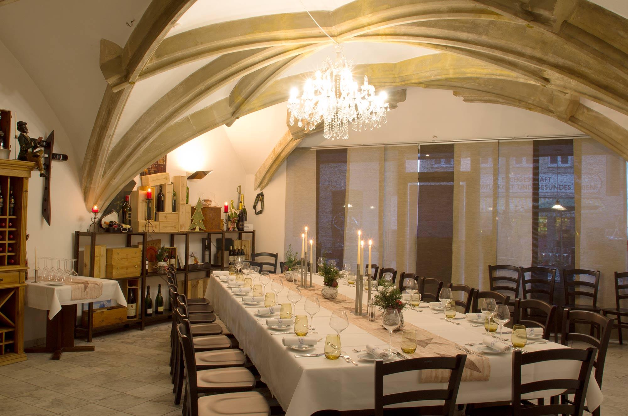 Unsere Vinothek: bietet reichlich Platz für 50 Personen, aber auch den passenden Rahmen für eine elitäre Gruppe von Weinliebhabern. Klicken Sie durch die Bilder stellen Sie sich dabei vor, unter diesem herrlichen Gewölbe gelassen zu dinieren.
